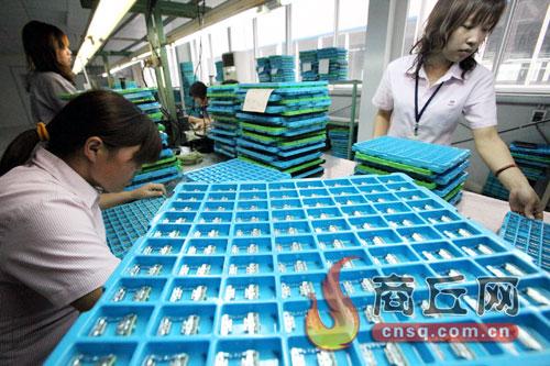 睢县产业集聚区工人们忙着组装ACT激光头组件