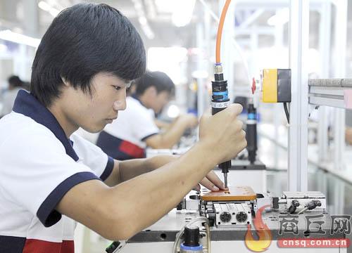 睢县富士康实训工厂工人在流水线上组装集成板