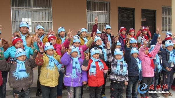 日,寒风凛凛,睢县聋哑学校校园内暖意融融,全校60多名聋哑儿童用图片