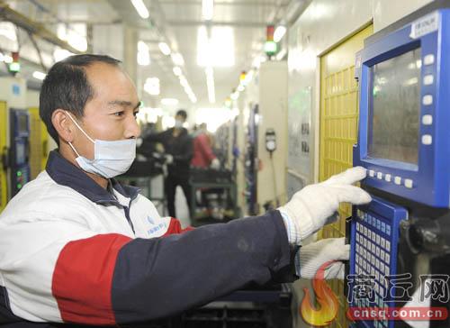 睢县富士康实训工厂工人调试机械设备